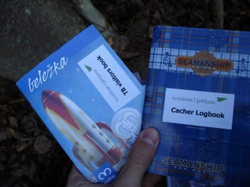 Vpisna knjižica oz. logbook, kamor vpišeš svojo najdbo