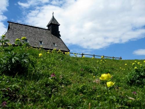 Kapelica Marije Snežne v času rožic